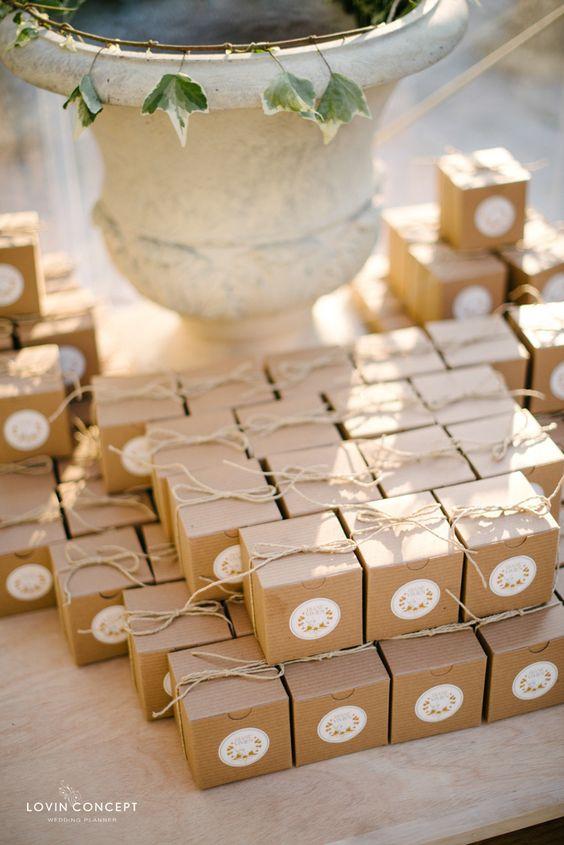 le cadeau pour les invit s. Black Bedroom Furniture Sets. Home Design Ideas