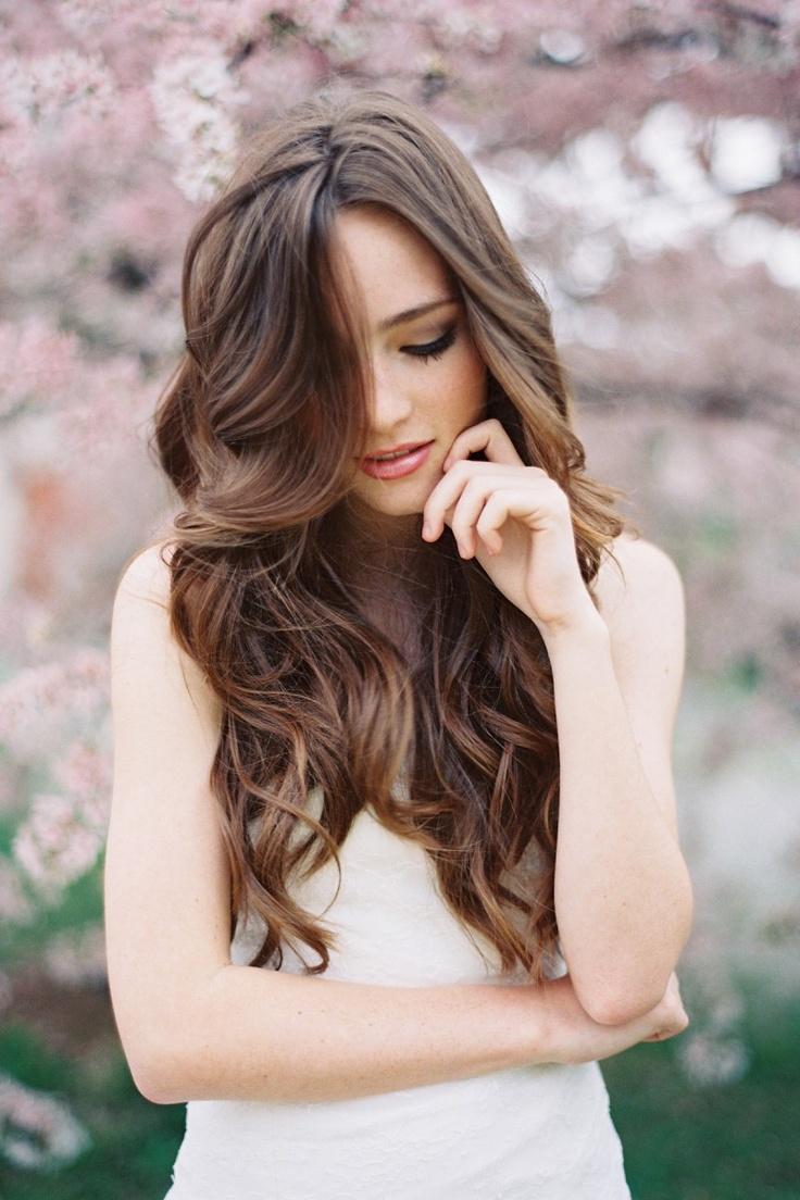 Les cheveux détachés ont un effet très romantique