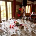 - boite à cadeau rouge (à personnaliser avec vos noms) - base du plan de table (blanc avec des motifs rouges) - perles de pluie rouge - perles de pluie gris-anthracite  - minis pinces à linge blanche avec un coeur rouge