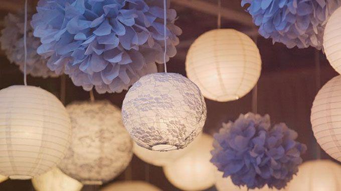 Voici une jolie idée pour la décoration de votre mariage: les lampions. Il en existe de formes, de tailles et de couleurs différentes; il y en a donc pour tous les goûts. Que vous prévoyiez votre mariage sur un thème particulier ou que vous le vouliez plutôt traditionnel, les lampions apportent une touche de couleur et de légèreté.