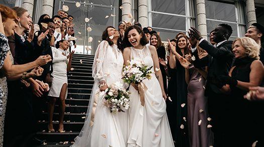 La Suisse devient ainsi le 29e pays à reconnaître le mariage pour toutes et tous. Il devrait enter en vigueur le 1er juillet 2022.