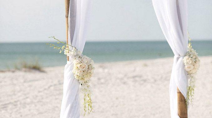 Vous en avez rêvé? Voilà à quoi pourrait ressembler votre mariage au bord de la mer. Décoration, accessoires mode ou nourriture, vous trouverez de quoi vous inspirer!