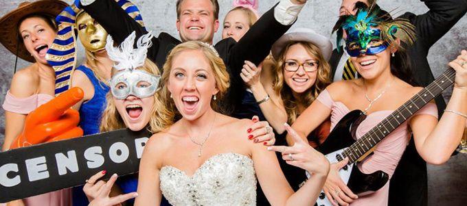 De plus en plus en vogue et un must de cette année, le photobooth est un bon moyen de marier animation et création de souvenirs!