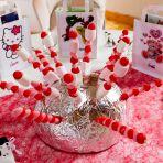 Pour la table des enfants, petites brochettes de bonbons et sachets contenant livres, stylos, autocollants, sucettes pour chacun des enfants.