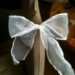mariage religieux: noeud avec perle pour les voitures de nos invités