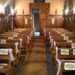 mariage religieux: petite église: les affiches sont aussi made maison. On a fait également dans la même lignée des pancartes pour tracé le chemin routier jusqu'à l'église.