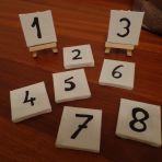 Numérotation des tables de 1 à 8, avec chevalets. Le tout pour 5.-