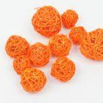 34 Boules de raphia orange 1 de grande taille, 6 de taille moyenne, 27 de petites tailles.