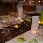 Nos décos de table. Branches de noisetier tortueux, bougies et orchidées fraîches...